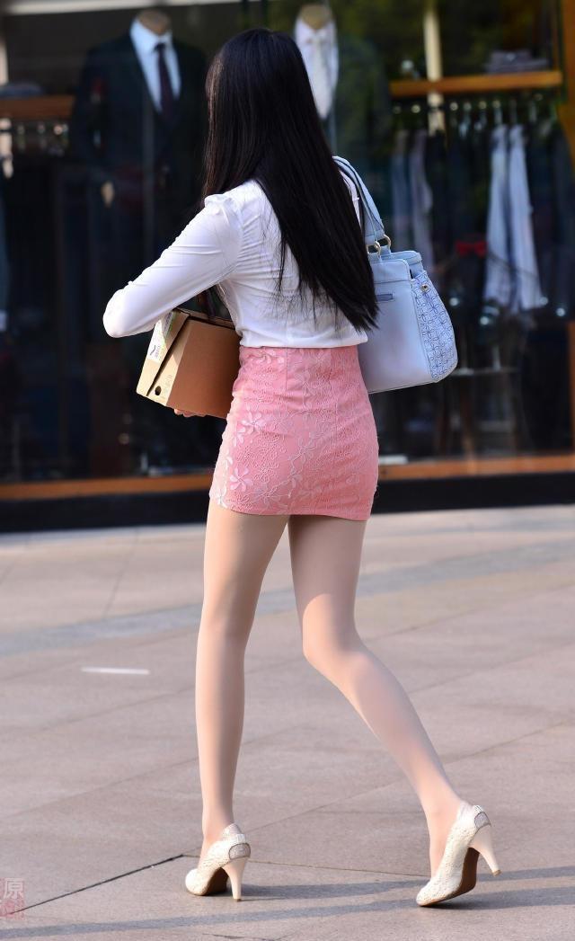 包臀裙美女裙底_街拍:絲襪高跟配粉色包臀短裙,OL裝優雅大方,自信美麗-趣讀
