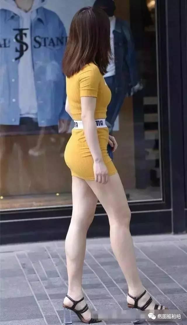 包臀裙美女裙底_路人街拍 性感妙齡女郎包臀裙vs熱褲, 圖一曲線完美動人-趣讀